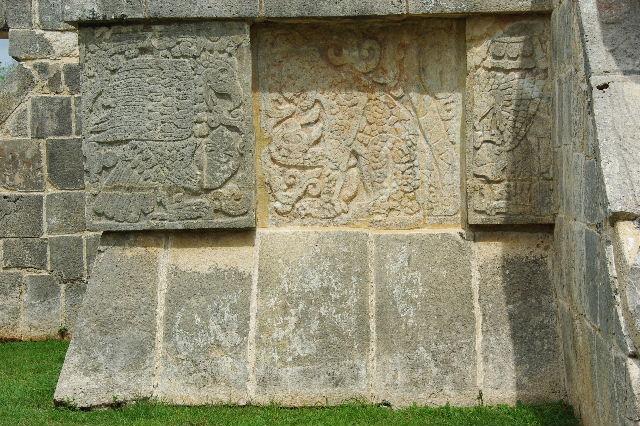 新チチェン・イツァ (7) ジャガーと鷹の台座と頭蓋骨の台座 _c0011649_9124029.jpg
