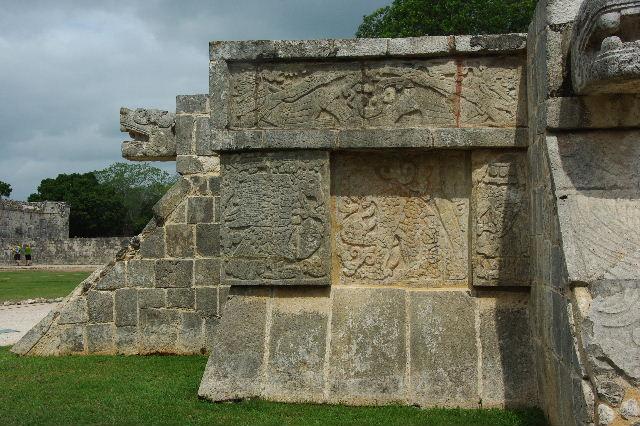 新チチェン・イツァ (7) ジャガーと鷹の台座と頭蓋骨の台座 _c0011649_919417.jpg