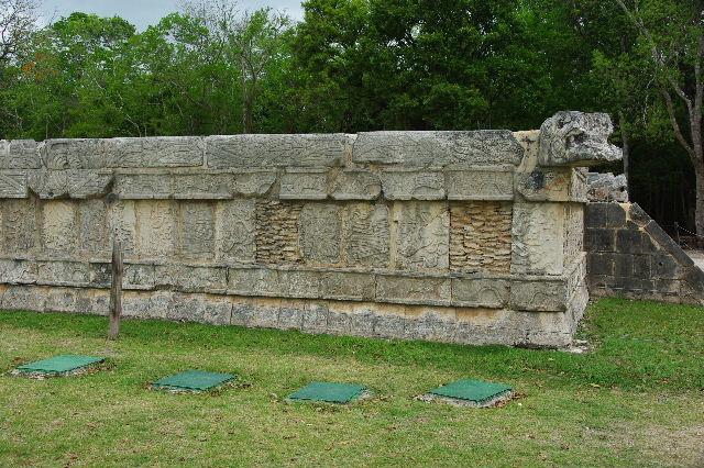 新チチェン・イツァ (7) ジャガーと鷹の台座と頭蓋骨の台座 _c0011649_933247.jpg