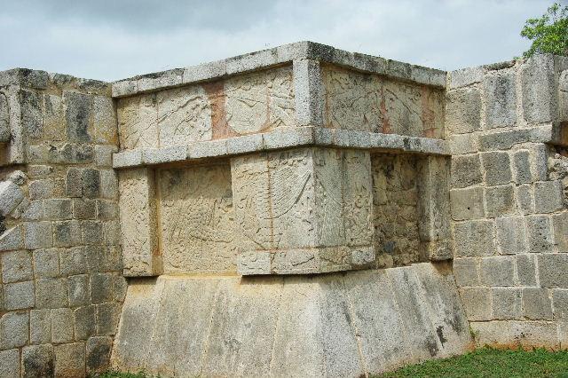 新チチェン・イツァ (7) ジャガーと鷹の台座と頭蓋骨の台座 _c0011649_991264.jpg