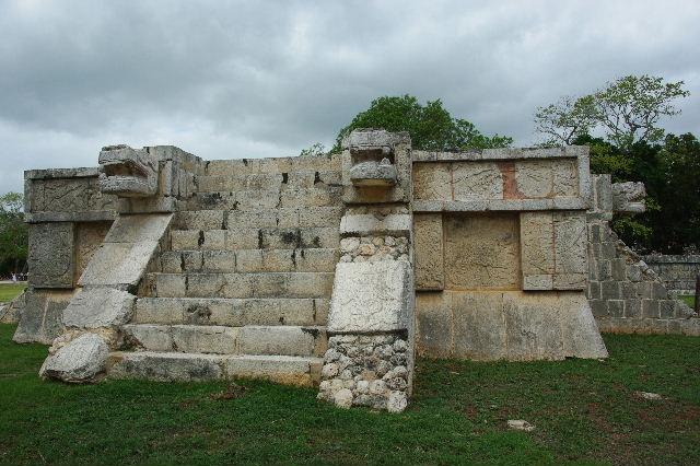 新チチェン・イツァ (7) ジャガーと鷹の台座と頭蓋骨の台座 _c0011649_995180.jpg