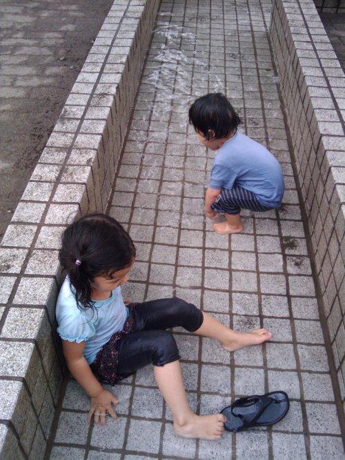 子どもの水遊び好き_e0123104_7313252.jpg