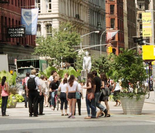今年からニューヨークに登場したアンディ・ウォーホールさんの銀色の銅像_b0007805_12513830.jpg