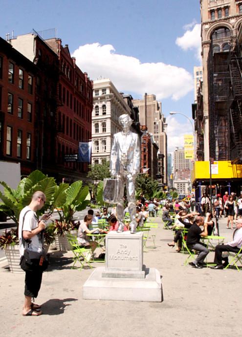 今年からニューヨークに登場したアンディ・ウォーホールさんの銀色の銅像_b0007805_125143.jpg