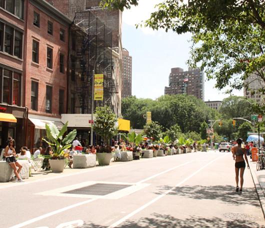 今年からニューヨークに登場したアンディ・ウォーホールさんの銀色の銅像_b0007805_1252581.jpg