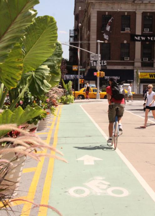 今年からニューヨークに登場したアンディ・ウォーホールさんの銀色の銅像_b0007805_12531393.jpg
