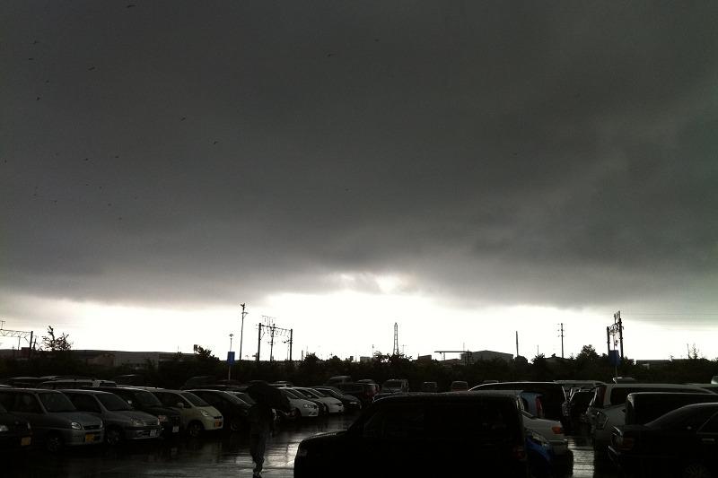 ゲリラ豪雨 イオン駐車場 カラーなんだけど真っ暗_a0160581_15153638.jpg