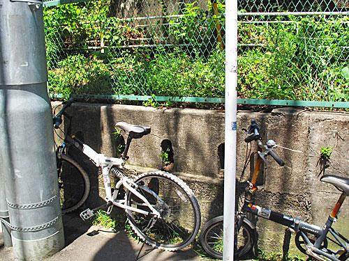 山手線中里用水ガードと、脇に残る謎の欄干(谷田川暗渠)_c0163001_23371373.jpg