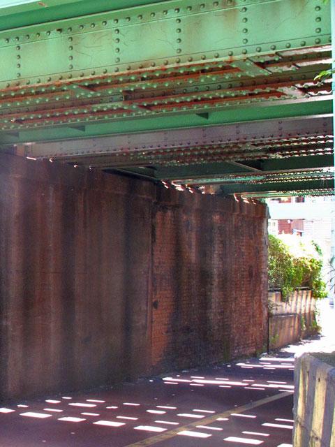 山手線中里用水ガードと、脇に残る謎の欄干(谷田川暗渠)_c0163001_23373231.jpg