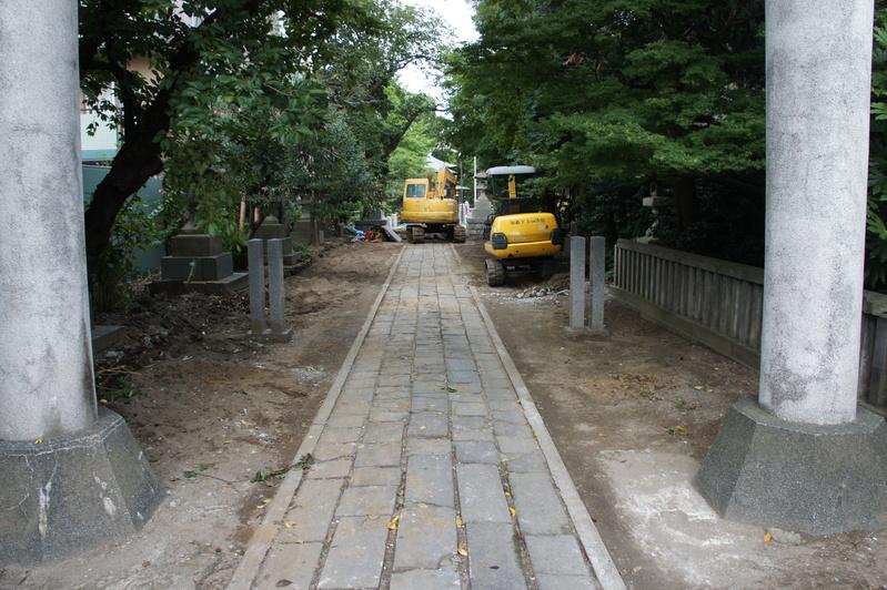 松戸神社 参道解体工事2  2011.8.25_e0223769_12344313.jpg