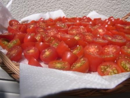 夏の自家製は「セミドライトマトのコンフィ」(記:藤本 洋子)_a0195310_14384034.jpg
