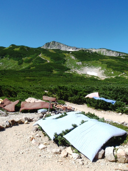 北アルプス2011夏⑥-三俣山荘の布団干し_c0177814_1149771.jpg