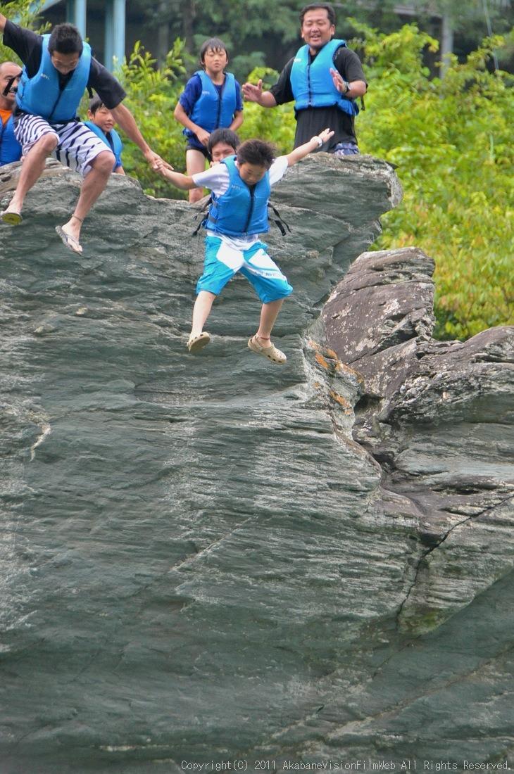 CREDIT camp for kids 2011VOL10:Day3カヌーライドその3クリフジャンプ〜帰還_b0065730_8195112.jpg