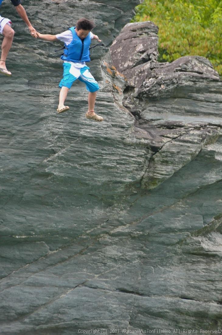 CREDIT camp for kids 2011VOL10:Day3カヌーライドその3クリフジャンプ〜帰還_b0065730_8205775.jpg