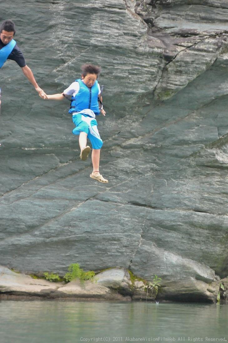 CREDIT camp for kids 2011VOL10:Day3カヌーライドその3クリフジャンプ〜帰還_b0065730_8212764.jpg