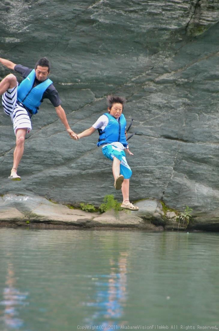 CREDIT camp for kids 2011VOL10:Day3カヌーライドその3クリフジャンプ〜帰還_b0065730_8213821.jpg
