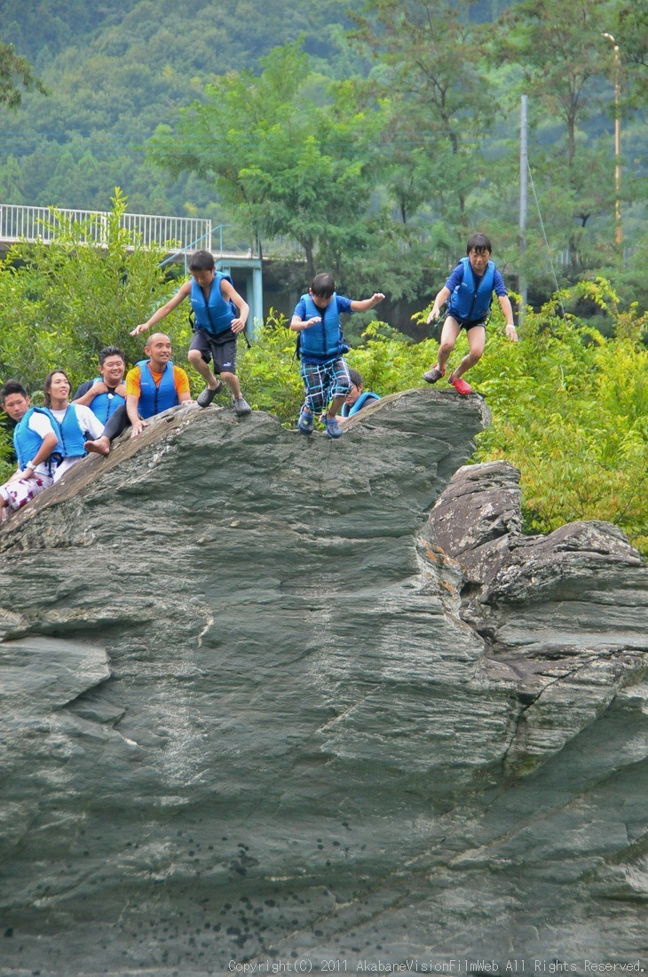 CREDIT camp for kids 2011VOL10:Day3カヌーライドその3クリフジャンプ〜帰還_b0065730_8293256.jpg