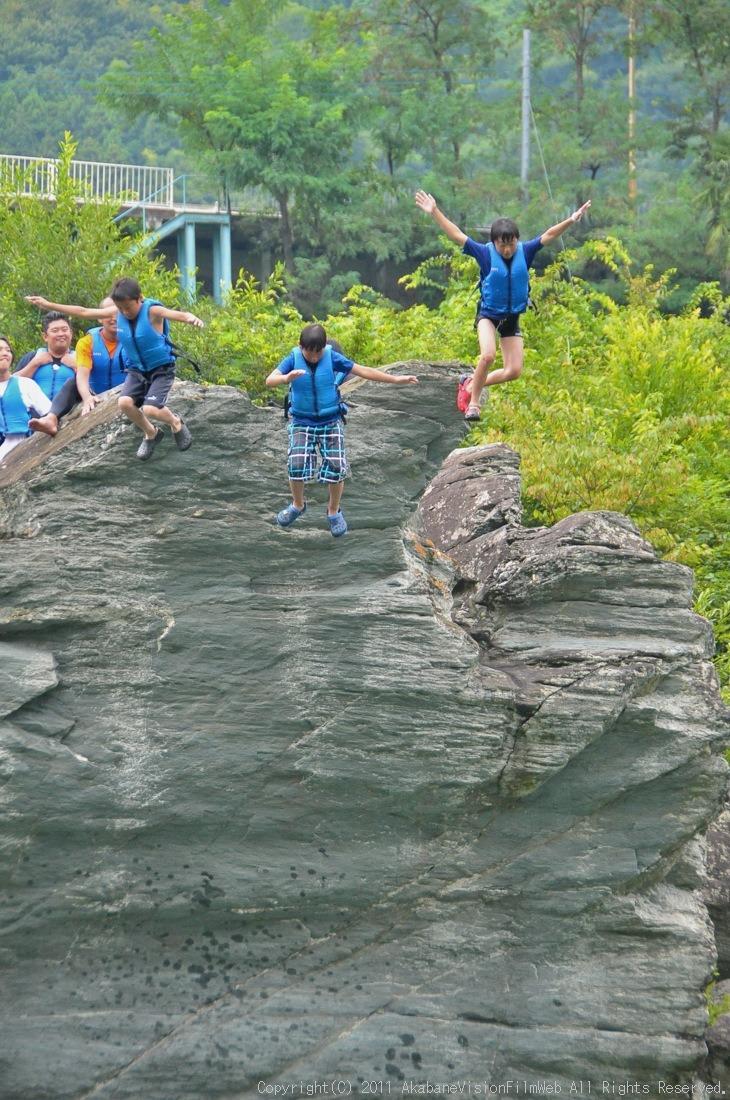 CREDIT camp for kids 2011VOL10:Day3カヌーライドその3クリフジャンプ〜帰還_b0065730_8294151.jpg