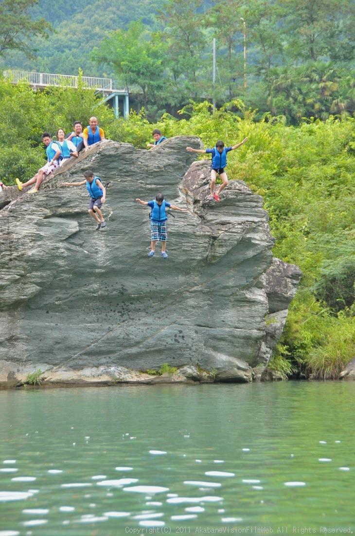 CREDIT camp for kids 2011VOL10:Day3カヌーライドその3クリフジャンプ〜帰還_b0065730_830181.jpg