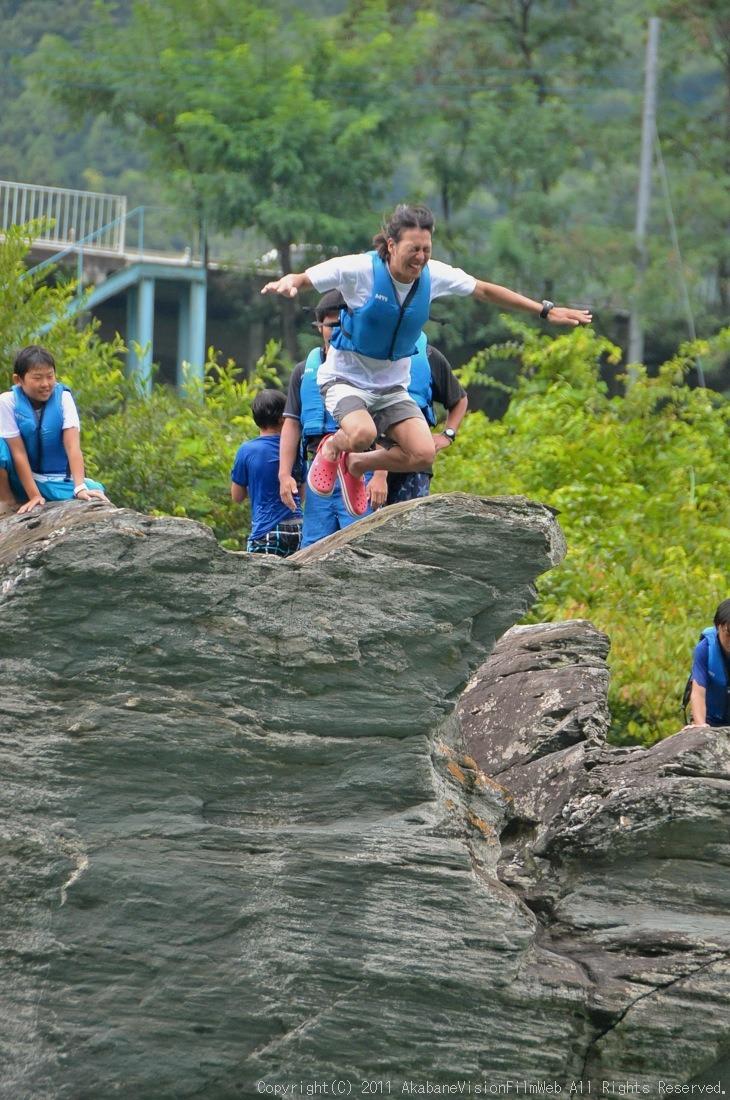 CREDIT camp for kids 2011VOL10:Day3カヌーライドその3クリフジャンプ〜帰還_b0065730_838404.jpg