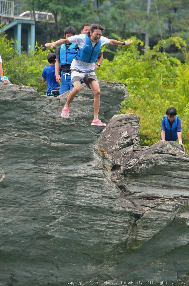 CREDIT camp for kids 2011VOL10:Day3カヌーライドその3クリフジャンプ〜帰還_b0065730_8385054.jpg
