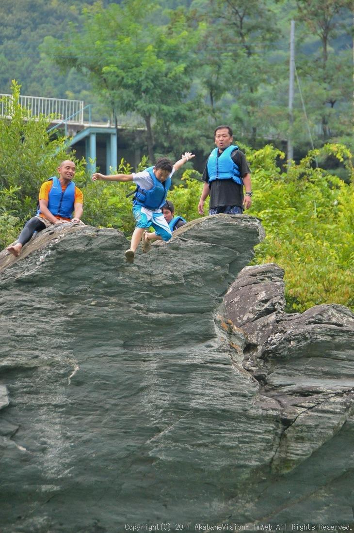 CREDIT camp for kids 2011VOL10:Day3カヌーライドその3クリフジャンプ〜帰還_b0065730_8401389.jpg
