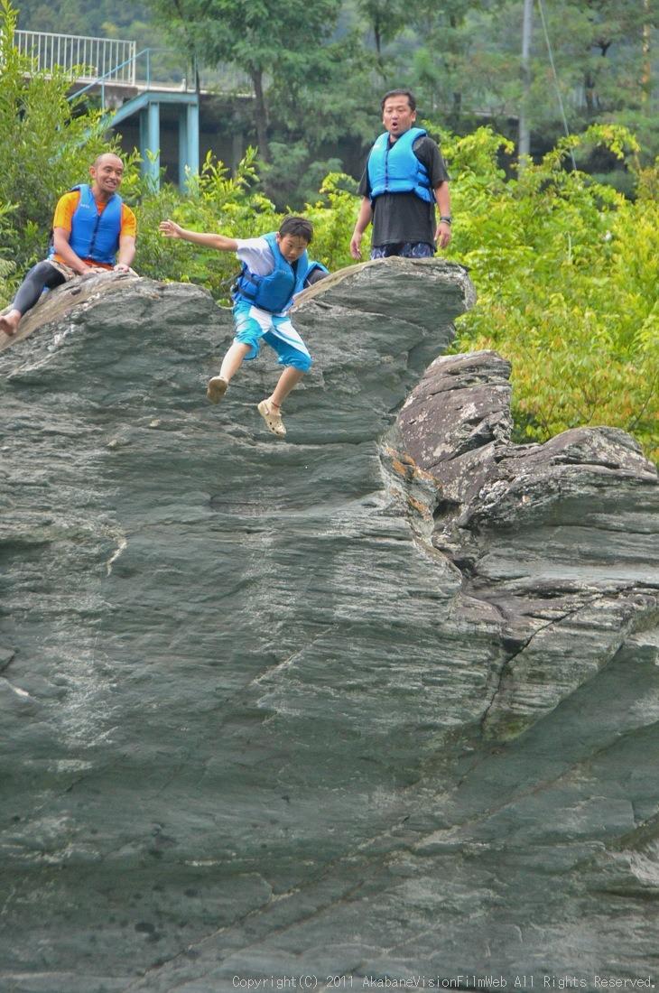 CREDIT camp for kids 2011VOL10:Day3カヌーライドその3クリフジャンプ〜帰還_b0065730_8402639.jpg