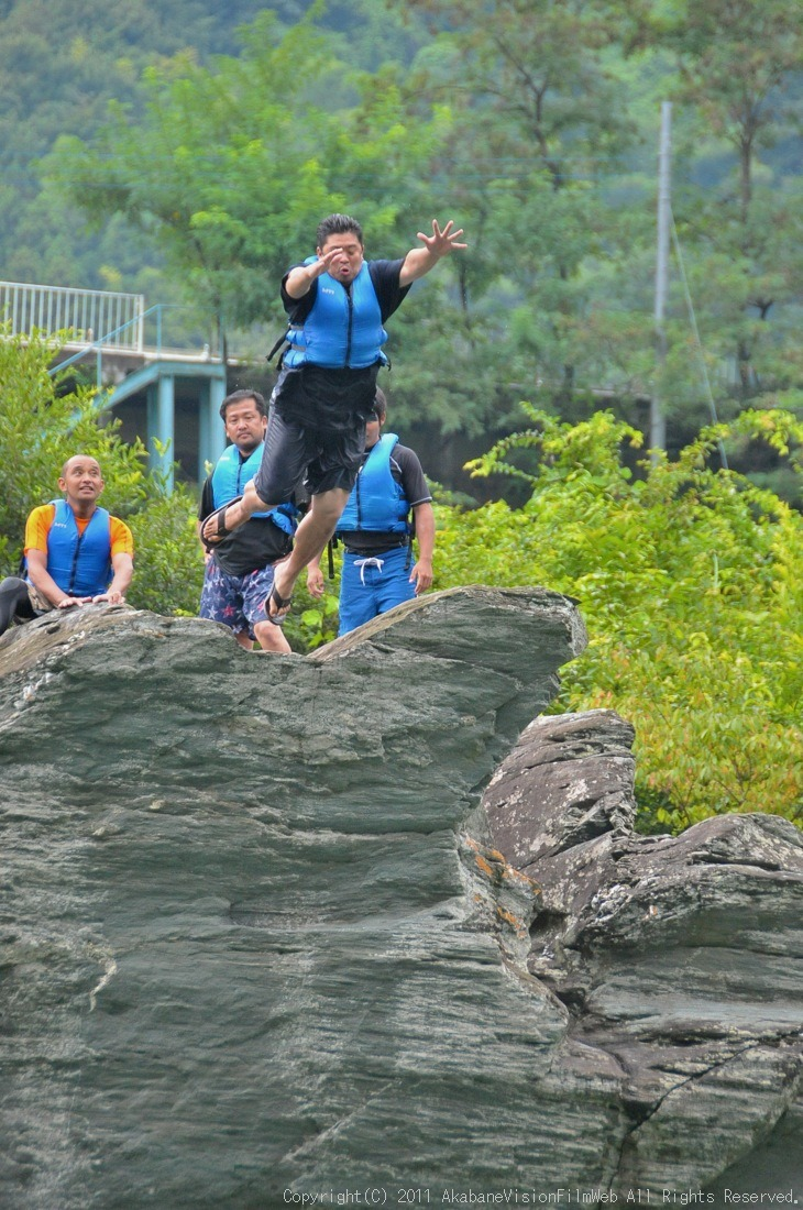 CREDIT camp for kids 2011VOL10:Day3カヌーライドその3クリフジャンプ〜帰還_b0065730_8434245.jpg