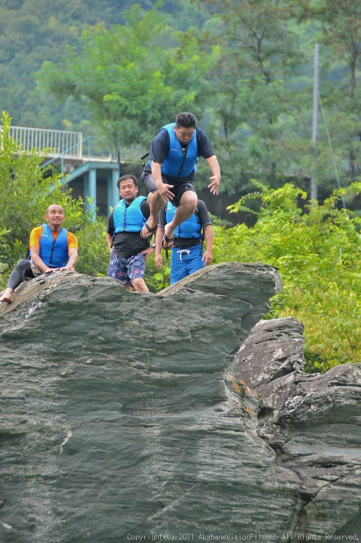 CREDIT camp for kids 2011VOL10:Day3カヌーライドその3クリフジャンプ〜帰還_b0065730_8435655.jpg