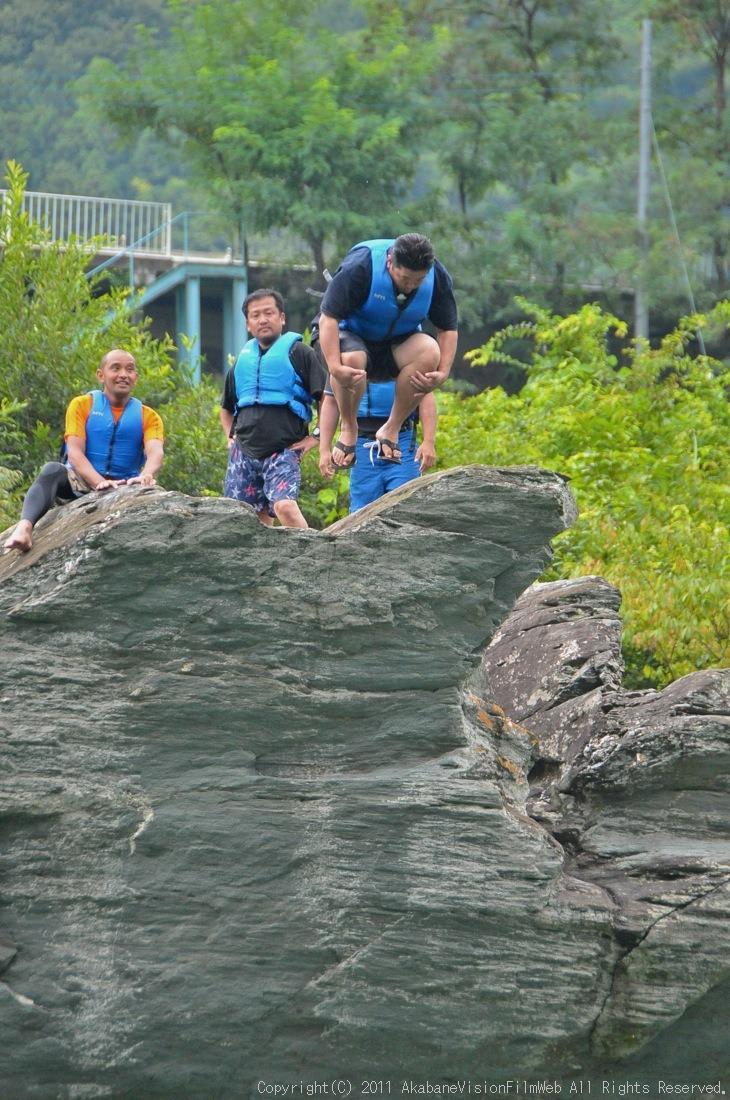 CREDIT camp for kids 2011VOL10:Day3カヌーライドその3クリフジャンプ〜帰還_b0065730_8441281.jpg