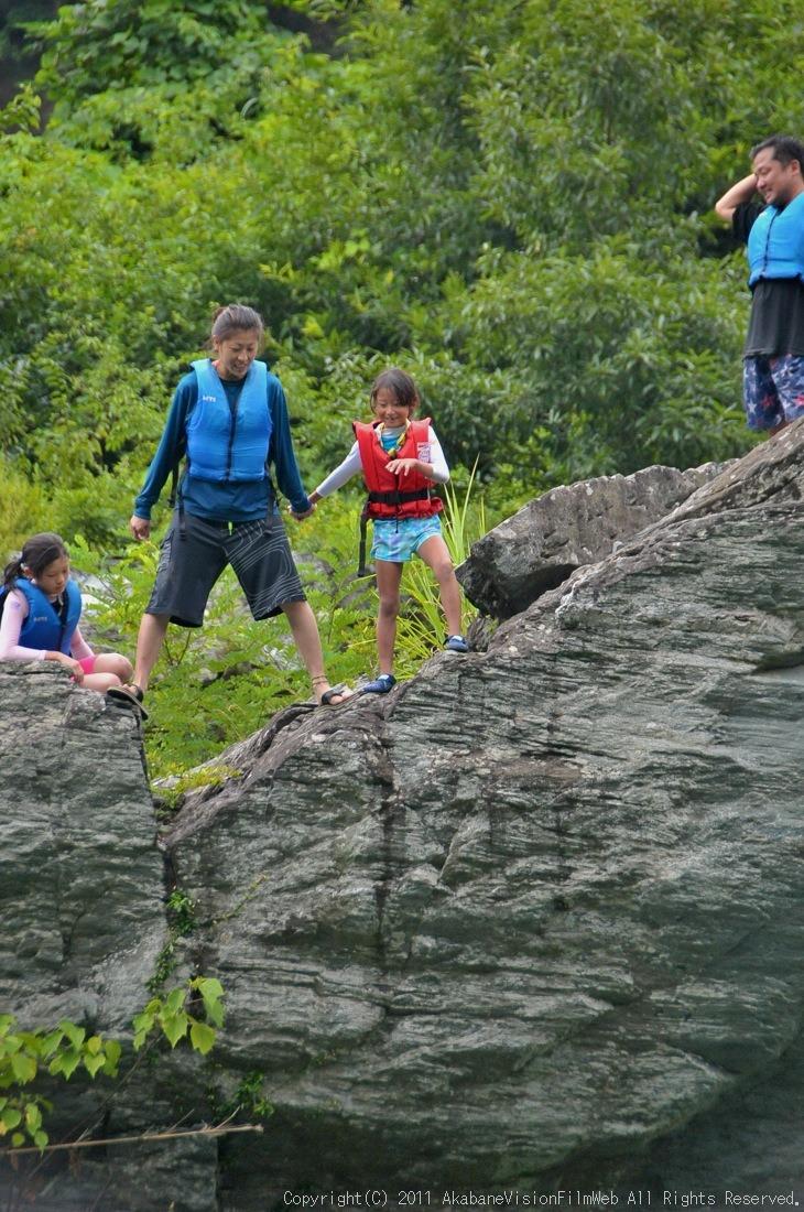 CREDIT camp for kids 2011VOL10:Day3カヌーライドその3クリフジャンプ〜帰還_b0065730_8474640.jpg