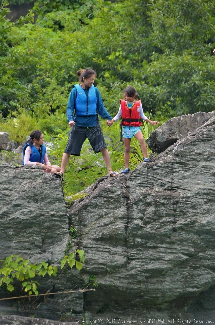 CREDIT camp for kids 2011VOL10:Day3カヌーライドその3クリフジャンプ〜帰還_b0065730_8501131.jpg
