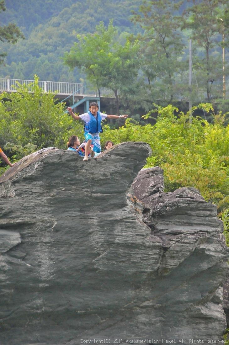 CREDIT camp for kids 2011VOL10:Day3カヌーライドその3クリフジャンプ〜帰還_b0065730_8555895.jpg