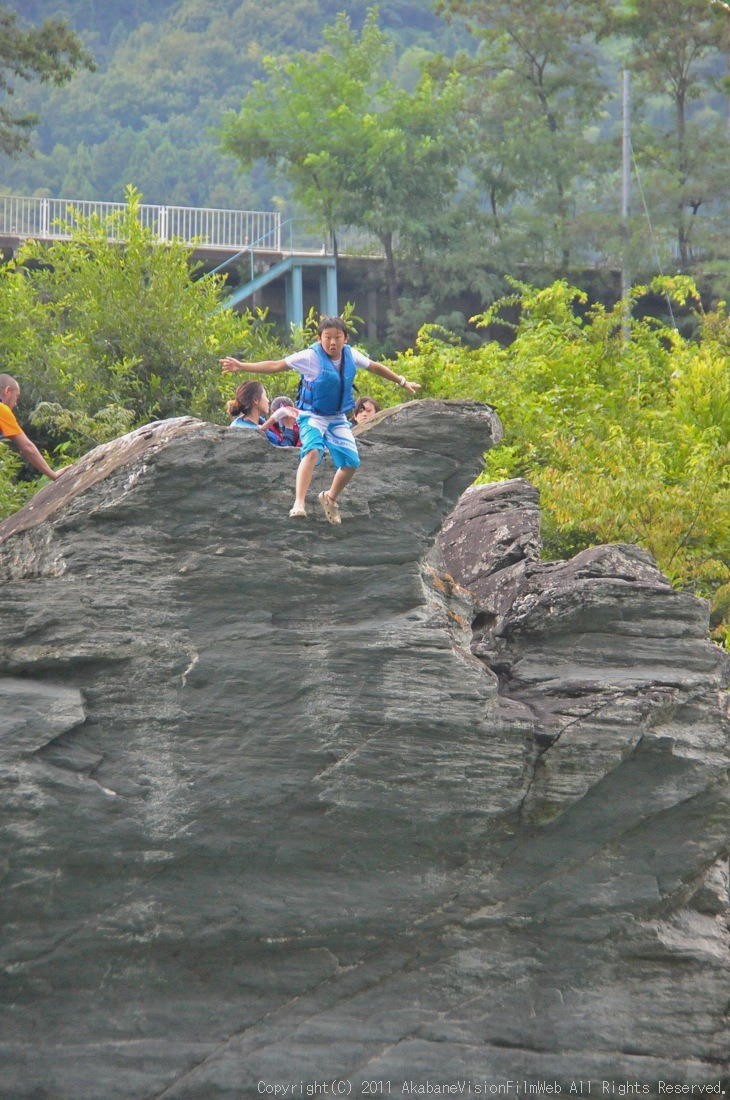 CREDIT camp for kids 2011VOL10:Day3カヌーライドその3クリフジャンプ〜帰還_b0065730_8562538.jpg