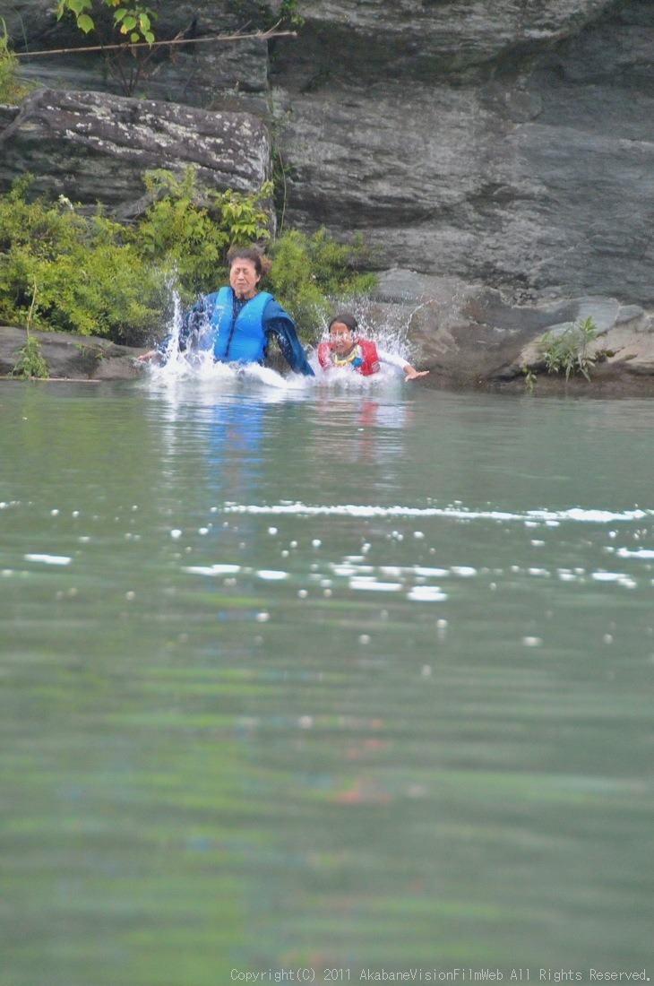 CREDIT camp for kids 2011VOL10:Day3カヌーライドその3クリフジャンプ〜帰還_b0065730_8594714.jpg