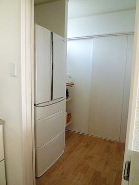 隠せる冷蔵庫とパントリー_e0214646_1105174.jpg