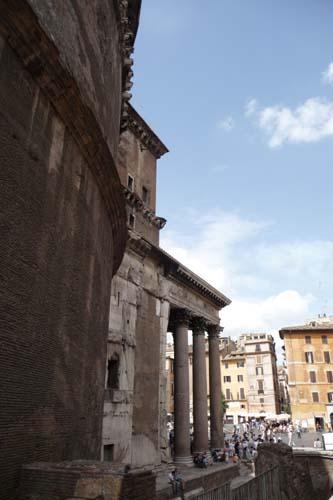 ローマで遺跡に囲まれています_f0106597_1674229.jpg