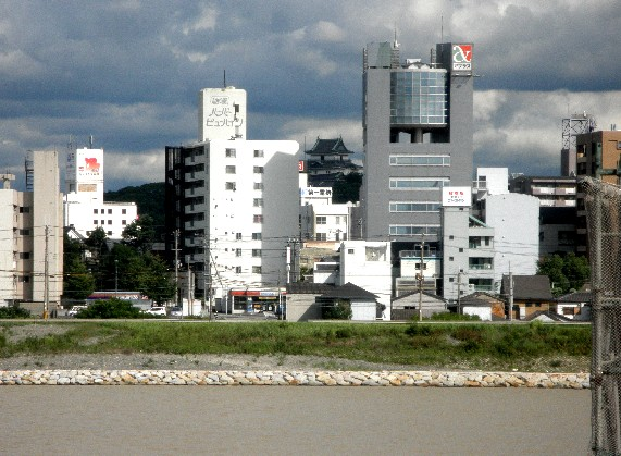 お城の見える街かど_b0093754_23371910.jpg