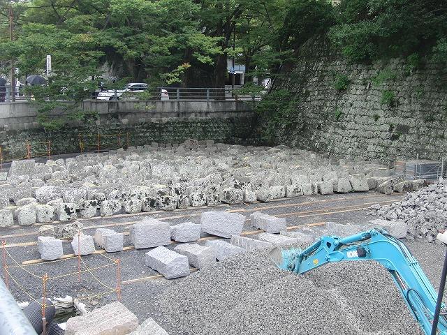 2年前の駿河湾地震による駿府城石垣の崩落と復旧工事_f0141310_90878.jpg