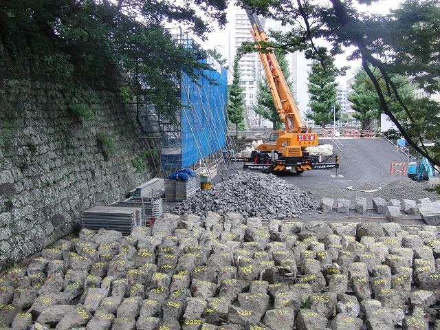 2年前の駿河湾地震による駿府城石垣の崩落と復旧工事_f0141310_913695.jpg