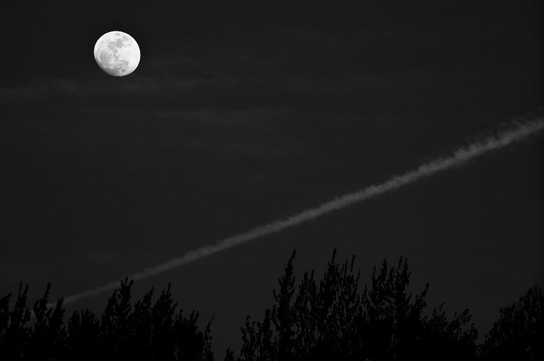 月と飛行機雲=O/W_a0204724_16535033.jpg