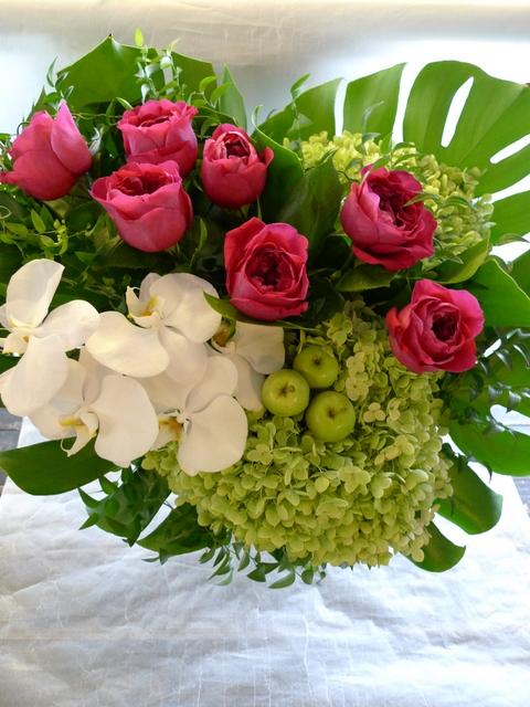 香り高いバラのアレンジ ガラス花器に_b0171193_21402710.jpg