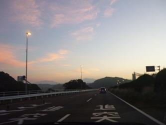 朝に向かう空。国道3号線の午前5時半。_e0188087_19421719.jpg