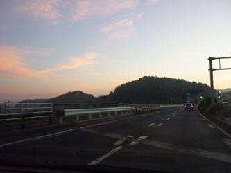 朝に向かう空。国道3号線の午前5時半。_e0188087_19422695.jpg