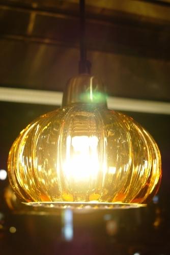 あめ色ガラスの小ぶりなペンダントライト 入荷!_a0096367_18352992.jpg