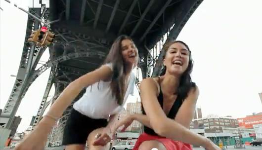 NYの街角で30名のモデルさんがEmpire State of Mindを熱唱するビデオ_b0007805_14365641.jpg