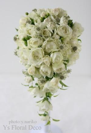 カップ咲きのバラとアストランティア キャスケードブーケ_b0113510_2250012.jpg
