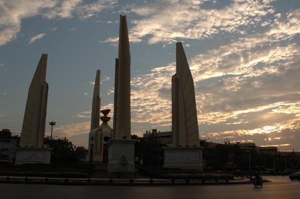 タイの今昔 民主記念塔_b0131470_2154754.jpg