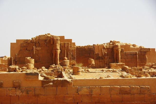 【スーダン周遊】 ムサワラット遺跡 (2) 黒ヤギの群れと遺跡_c0011649_23395230.jpg