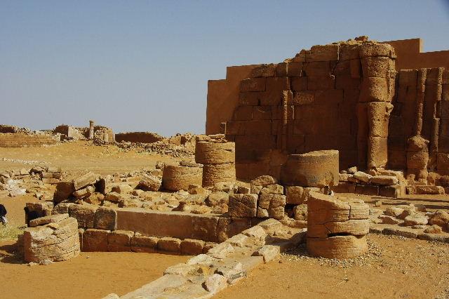 【スーダン周遊】 ムサワラット遺跡 (2) 黒ヤギの群れと遺跡_c0011649_23434077.jpg